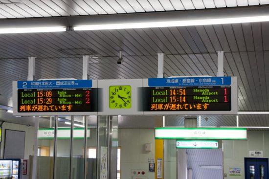地震発生直後の列車から運転見合わせとなった発車標