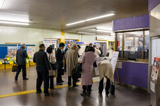 運休列車の告知を確認する利用者(4/1・白井)
