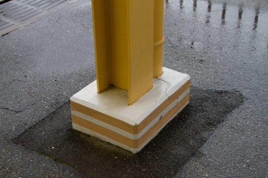 白井のほか各駅で柱の根巻が損傷した(4/23・白井)