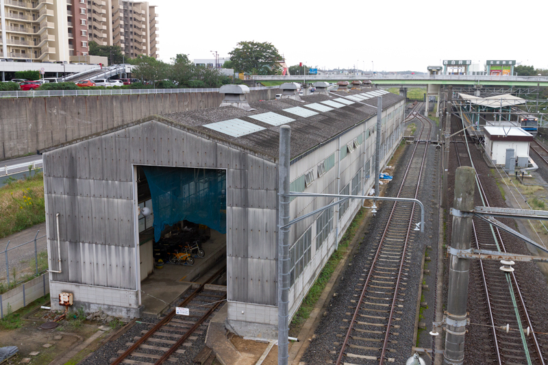 閉鎖後も工務関係の基地として活用されている旧・西白井検車区。手前の倉は検車区時代からのもの。