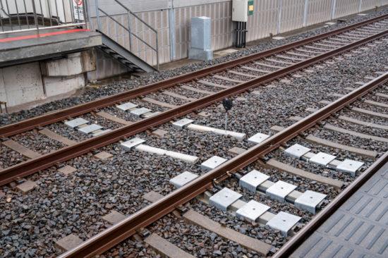 ケーブル防護のトラフ化やB点標などの設置が進む新柴又駅