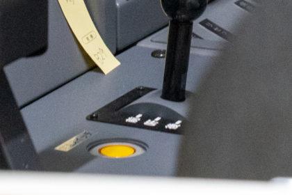 「定速スイッチ」の銘板がついた黄色いスイッチ