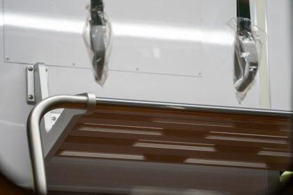 掴み部分の形状が変わった吊り革とスリット入り網棚