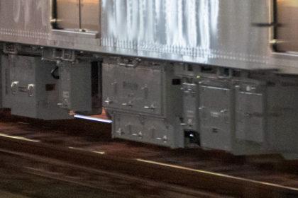 電動空気圧縮機(中央)