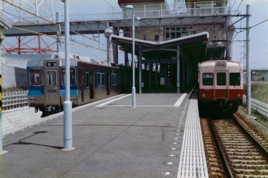 小室駅で並ぶ北総7000形と新京成500形